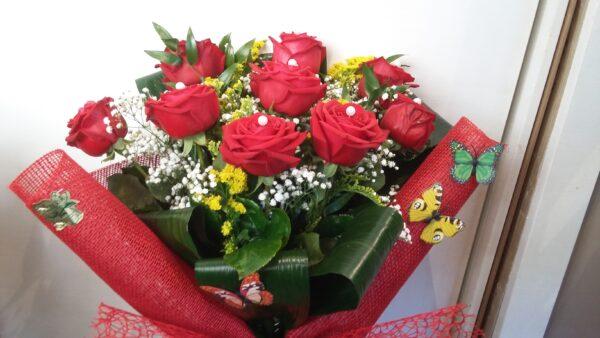 Mazzo rose rosse e farfalle