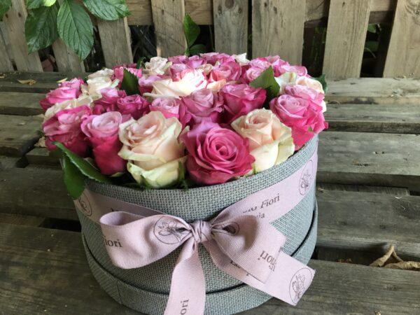 Scatola di rose rosa